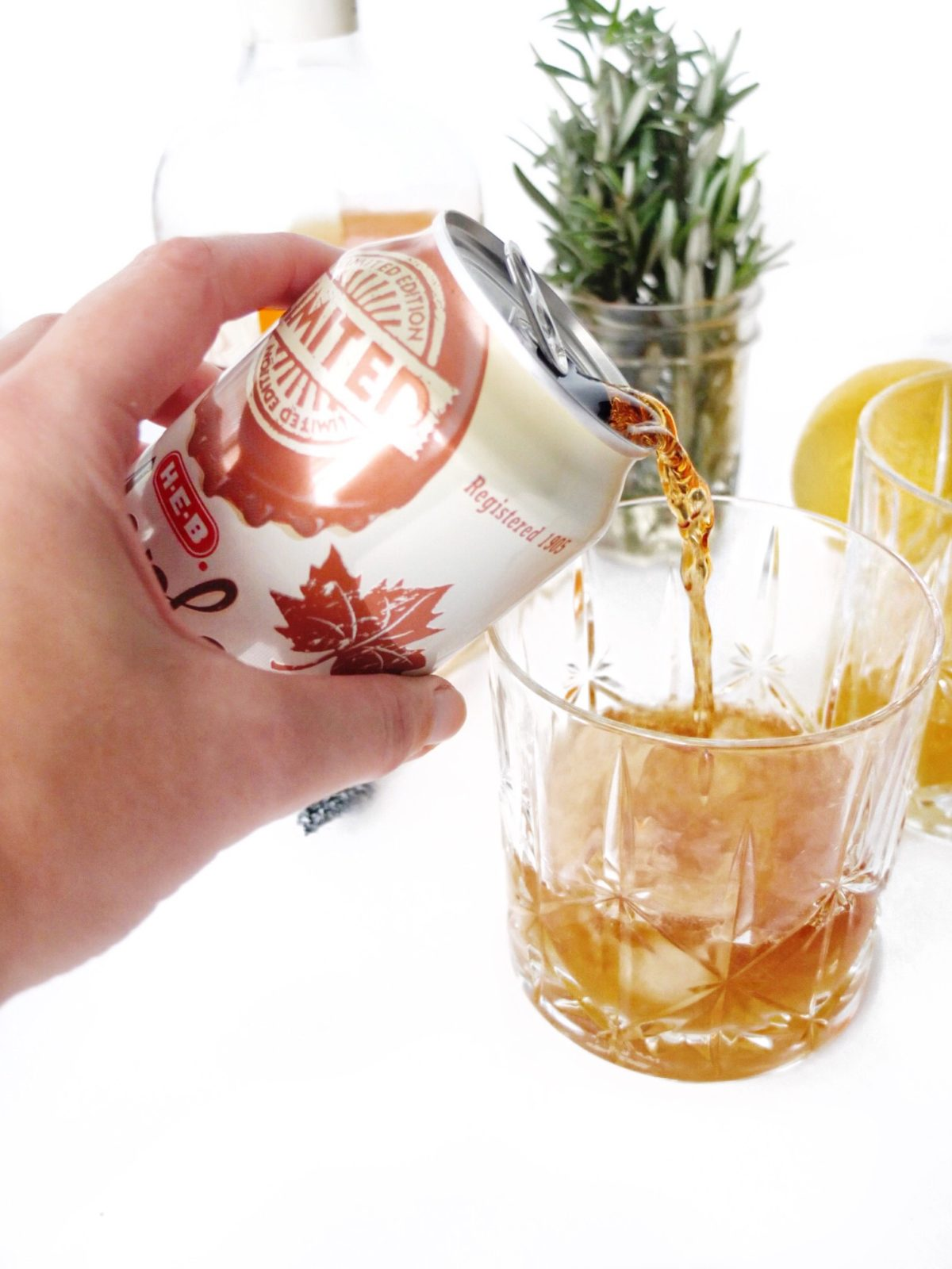 An easy whiskey holiday cocktail that can serve a crowd. Made with @mytexaslife H-E-B
