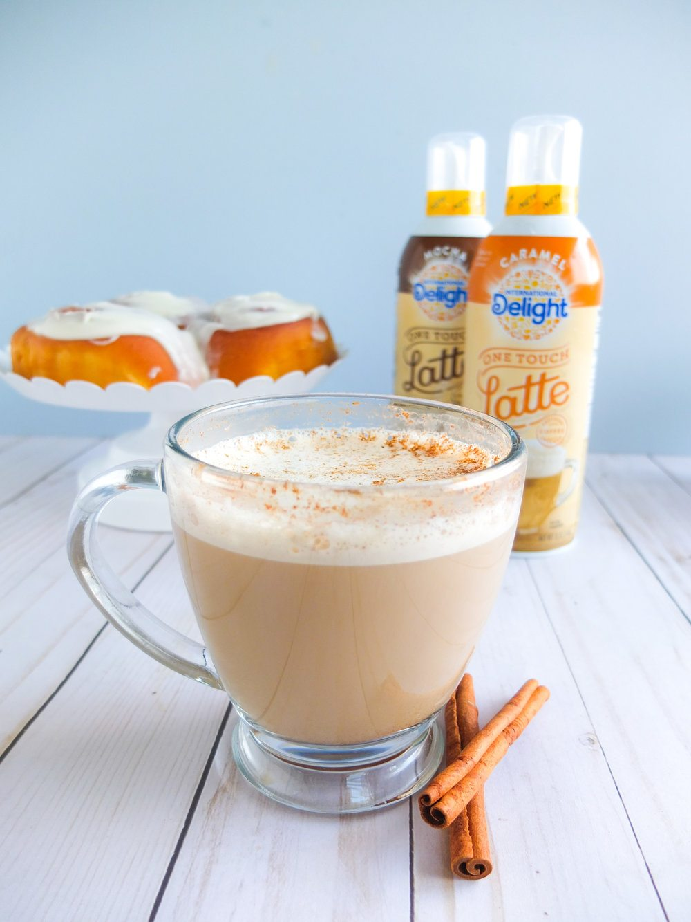 Easy cinnamon roll latte recipe to fuel your mornings and impress guest using Caramel One Touch Latte™. Perfect and easy holiday entertaining recipes, easy brunch recipe, perfect breakfast recipe to impress guest, and easy recipe for fall. #ad #LatteMadeEasy // www.elletalk.com #morning #breakfast #breakfastrecipe #coffee #coffeerecipe #cinnamonroll #cinnamonrollrecipe #latte #latterecipe #easyrecipes #holidayrecipe #holidayentertaining #brunch #brunchrecipe