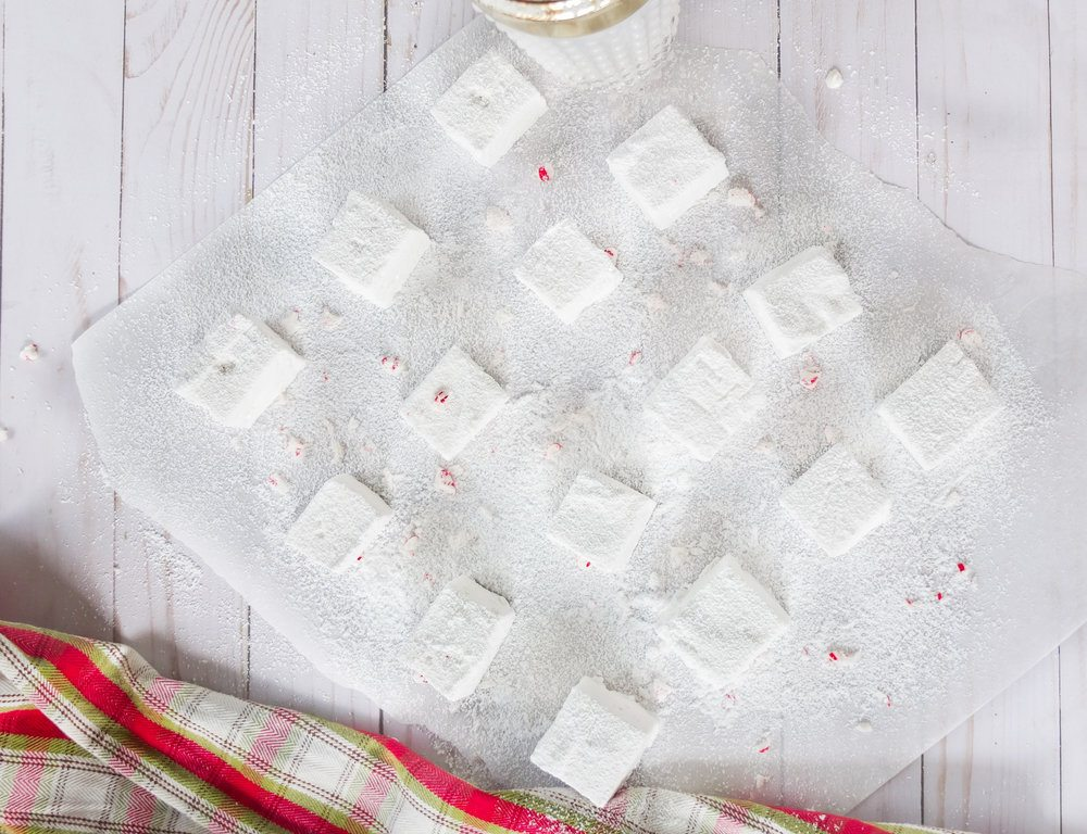 Easy holiday recipe/DIY holiday gift for Boozy Peppermint Marshmallows. These adult marshmallows are made with vanilla vodka and peppermint schnapps for a fun holiday DIY gift. Non-alcoholic version to the recipe card. www.elletalk.com #holiday #holidayrecipe #marshmallow #boozy #boozyrecipe #drinkrecipe #sweetrecipe #dessertrecipe #dessert #holidaydessert #holidaygift #diygift #holidaytreat