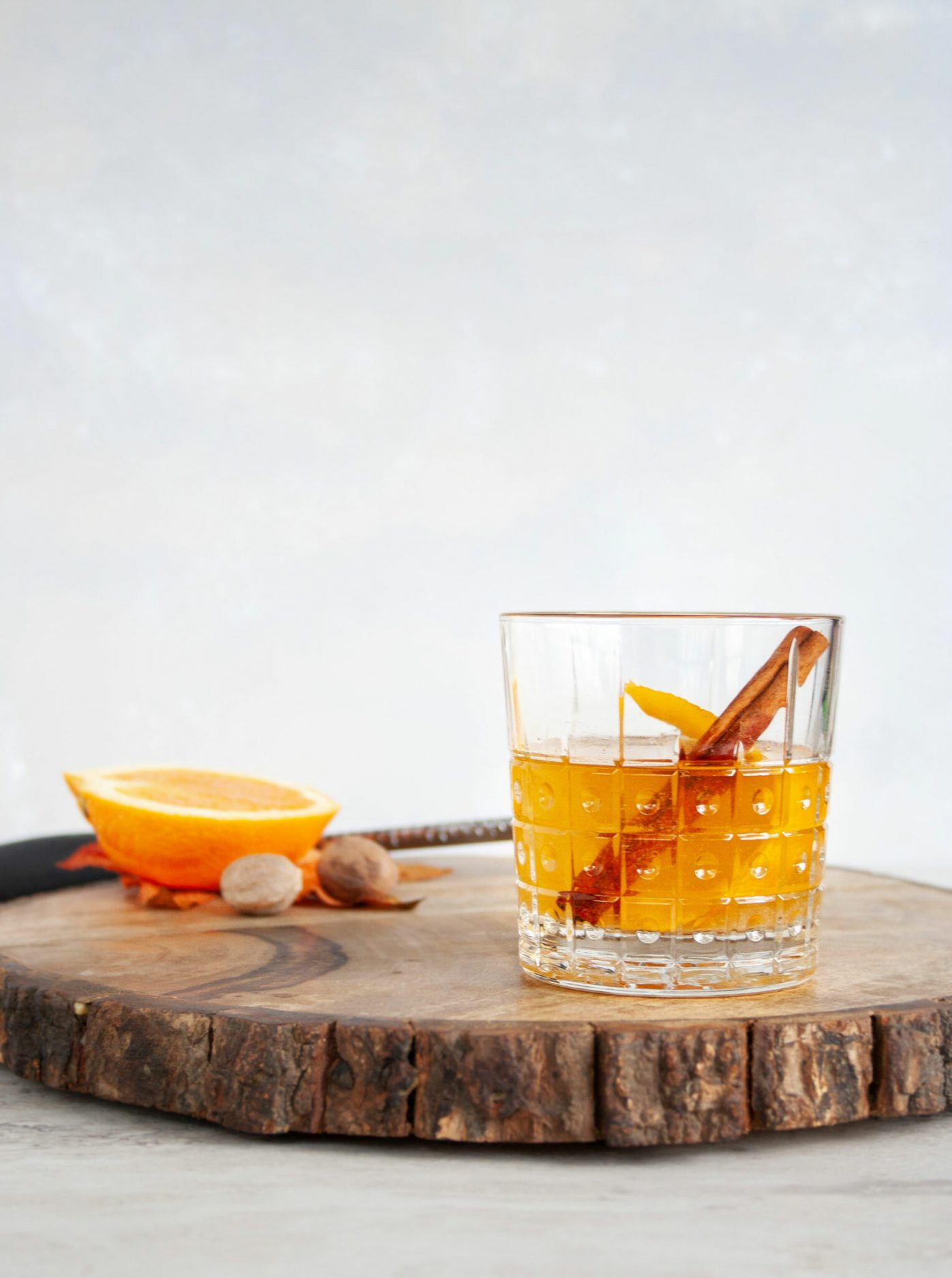A fall bourbon cocktail that uses apple jelly for a spiced and fruity version of an Old Fashioned. This jam cocktail uses apple jelly to make a cinnamon and apple drink that is lightly sweet and perfect for fall entertaining. We love this Este Bormioli Rocco glass. #ElleTalk #sponsored #fall #cocktail #bourbon